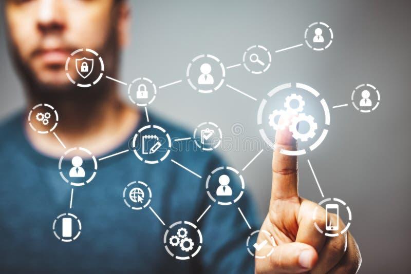 Αυτοματοποίηση των επιχειρησιακών ροών της δουλειάς και των διαδικασιών με έναν επιχειρηματία στο υπόβαθρο σχετικά με ένα κουμπί στοκ φωτογραφία