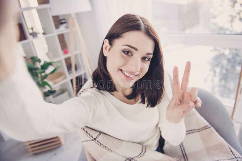 Αυτοπροσωπογραφία αρκετά, γοητεία, συμπαθητικού, χαριτωμένος, μοντέρνη, brunette στοκ φωτογραφία με δικαίωμα ελεύθερης χρήσης