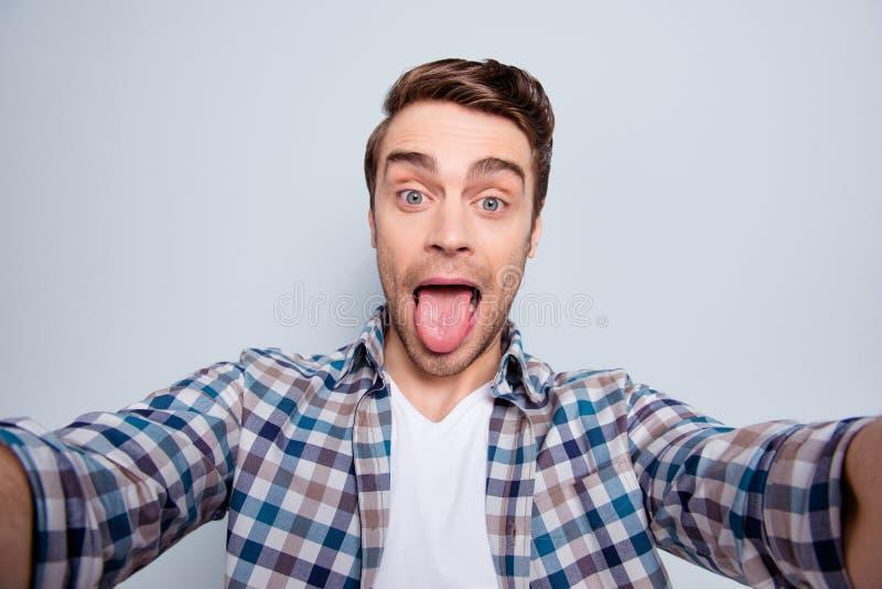 Αυτοπροσωπογραφία του γενειοφόρου, εύθυμου, μοντέρνου, δροσερού τύπου σε περιστασιακό στοκ φωτογραφία με δικαίωμα ελεύθερης χρήσης