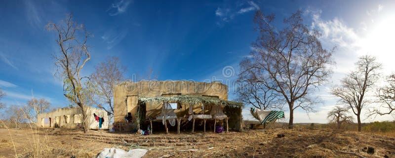 Αυτοσχεδιασμένα κρεβάτια στην πίσω πλευρά ενός εγκαταλειμμένου σπιτιού στοκ φωτογραφία με δικαίωμα ελεύθερης χρήσης