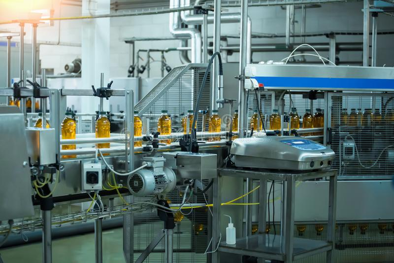 Αυτόματη ζώνη μεταφορέων της γραμμής παραγωγής του χυμού στις εγκαταστάσεις ποτών ή το εργοστάσιο, σύγχρονος αυτοματοποιημένος βι στοκ φωτογραφία