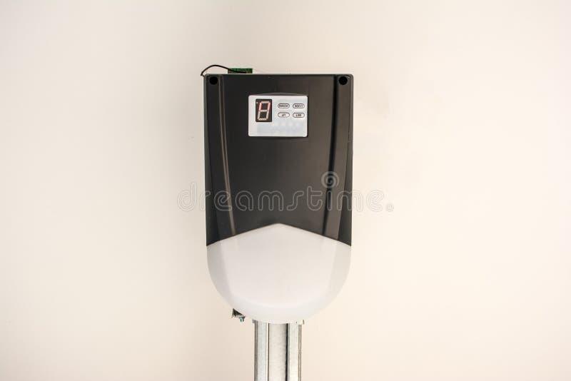 Αυτόματη μηχανή ανοιχτηριών πορτών γκαράζ στο ανώτατο όριο κλείστε επάνω στοκ φωτογραφία με δικαίωμα ελεύθερης χρήσης