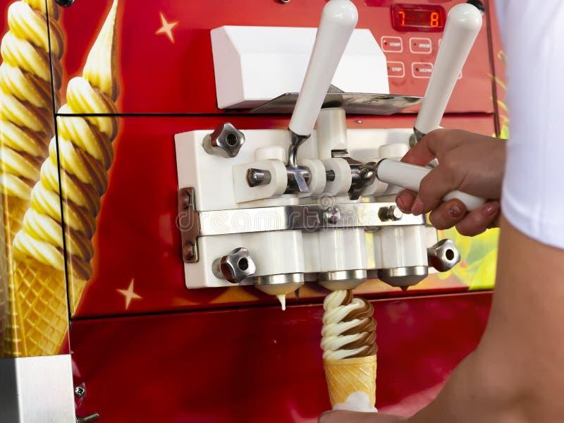 Αυτόματη μηχανή για την παραγωγή του παγωτού σε ένα φλυτζάνι βαφλών στοκ φωτογραφία με δικαίωμα ελεύθερης χρήσης