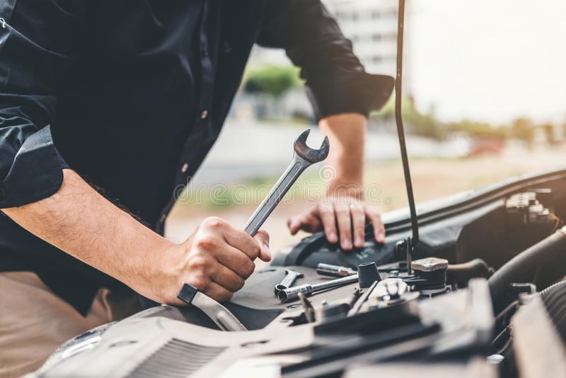 Αυτόματη μηχανική εργασία στα χέρια τεχνικών γκαράζ του μηχανικού αυτοκινήτων που λειτουργούν στην αυτόματους υπηρεσία επισκευής  στοκ εικόνες