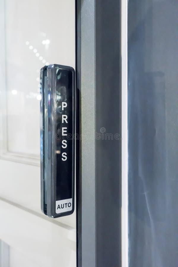 Αυτόματη συρόμενη πόρτα με το ασύρματο κουμπί ώθησης για το contro χρηστών στοκ εικόνες