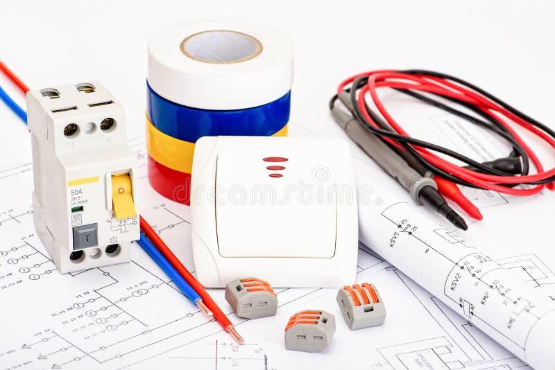 Αυτόματοι διακόπτες, ενιαίο καλώδιο πυρήνων χαλκού Εξαρτήματα για την ασφαλή και ασφαλή ηλεκτρική εγκατάσταση Ηλεκτρικός στοκ εικόνες