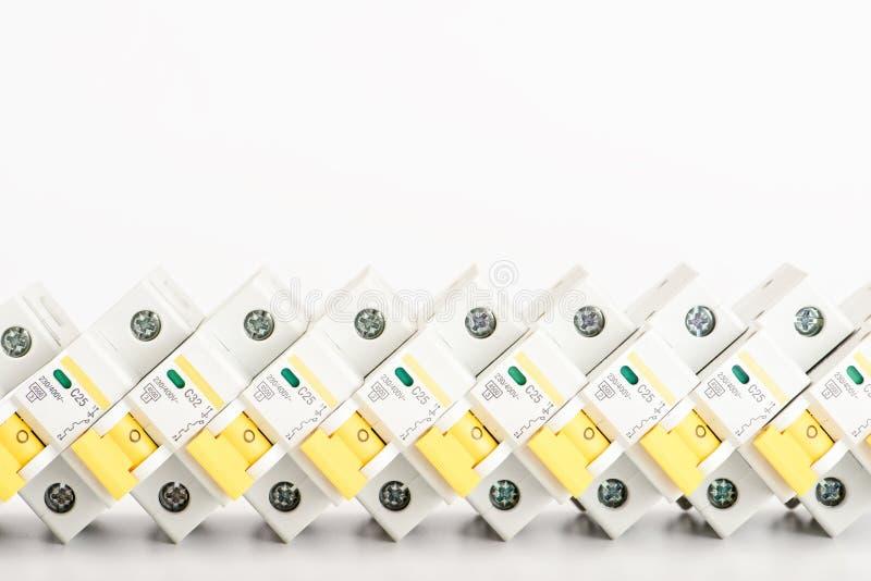 Αυτόματοι διακόπτες, ενιαίο καλώδιο πυρήνων χαλκού Εξαρτήματα για την ασφαλή και ασφαλή ηλεκτρική εγκατάσταση Ηλεκτρικός στοκ εικόνα με δικαίωμα ελεύθερης χρήσης