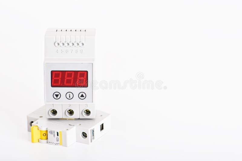 Αυτόματοι διακόπτες, κιβώτιο διανομής, καλώδιο και ψηφιακό πολύμετρο σε ένα άσπρο υπόβαθρο Ηλεκτρικός εξοπλισμός στοκ φωτογραφία με δικαίωμα ελεύθερης χρήσης