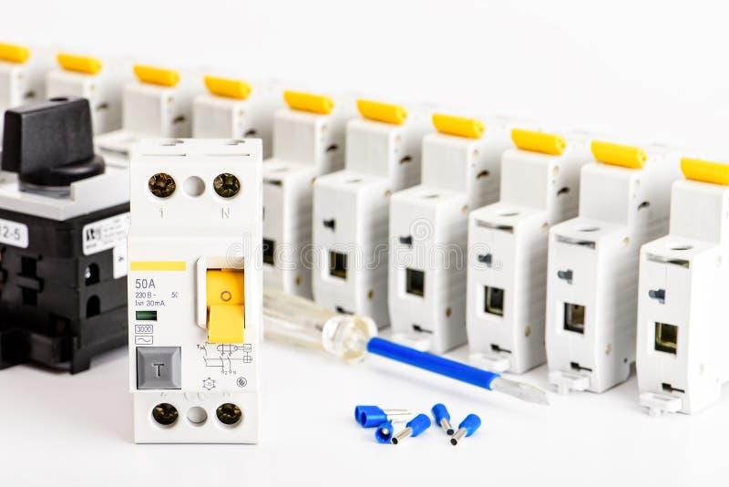 Αυτόματοι διακόπτες, σε ένα άσπρο υπόβαθρο Ηλεκτρικός εξοπλισμός Εξαρτήματα για την ηλεκτρικούς προστασία και τον έλεγχο στοκ εικόνα με δικαίωμα ελεύθερης χρήσης