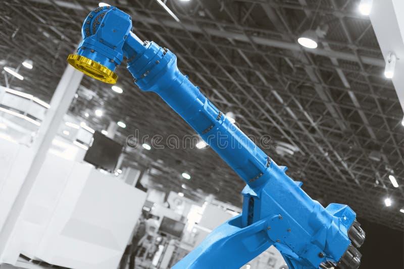 Αυτόματος βραχίονας ρομπότ που λειτουργεί στο βιομηχανικό περιβάλλον στοκ φωτογραφίες με δικαίωμα ελεύθερης χρήσης