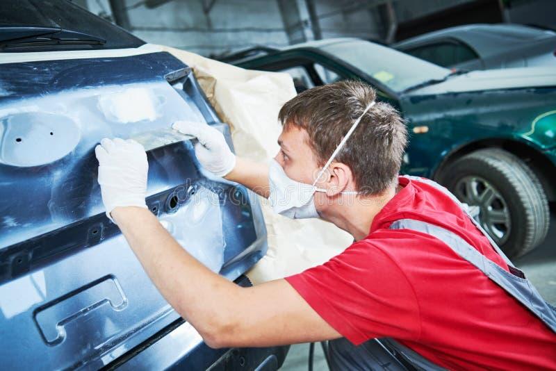 Αυτόματος επισκευαστής που αλέθει το αυτοκινητικό σώμα στοκ εικόνα με δικαίωμα ελεύθερης χρήσης