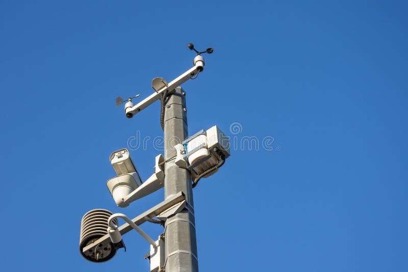 Αυτόματος καιρικός σταθμός, με ένα καιρικό σύστημα παρακολούθησης και τα βιντεοκάμερα για την παρατήρηση στοκ εικόνα