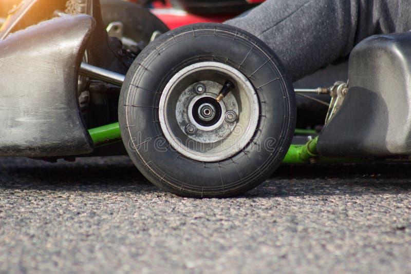 Αυτόματος karting ανταγωνισμός, karting κινηματογράφηση σε πρώτο πλάνο ροδών, αγώνας μηχανών στοκ εικόνα με δικαίωμα ελεύθερης χρήσης