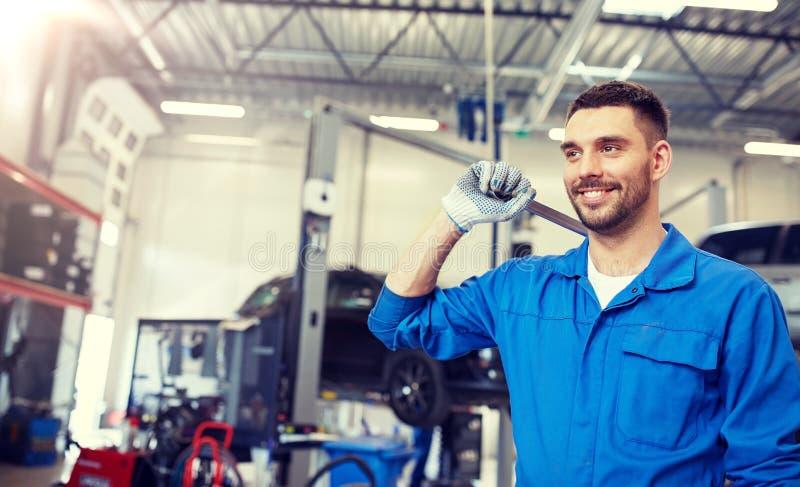 Αυτόματο μηχανικός ή Smith με το γαλλικό κλειδί στο εργαστήριο αυτοκινήτων στοκ εικόνες