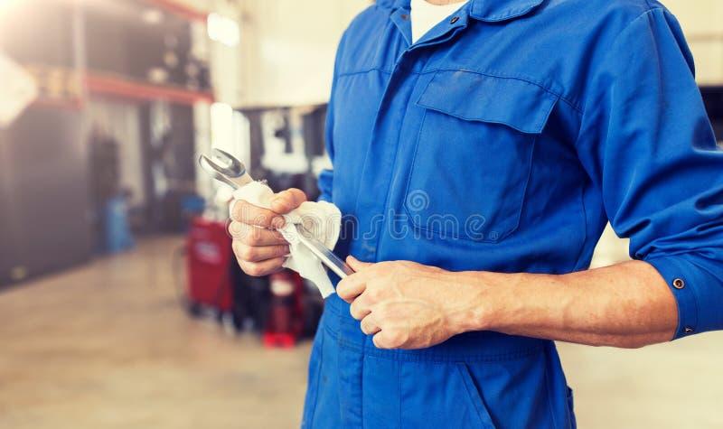 Αυτόματο μηχανικός ή Smith με το γαλλικό κλειδί στο εργαστήριο αυτοκινήτων στοκ φωτογραφία με δικαίωμα ελεύθερης χρήσης