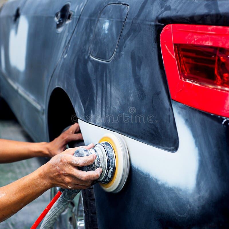 Αυτόματο χρώμα επισκευής εργασίας σωμάτων αυτοκινήτων μετά από το ατύχημα στοκ φωτογραφία με δικαίωμα ελεύθερης χρήσης