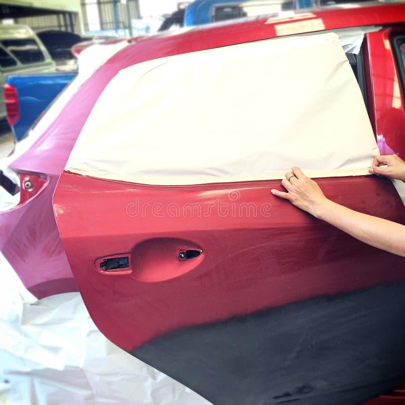 Αυτόματο χρώμα επισκευής εργασίας σωμάτων αυτοκινήτων μετά από το ατύχημα στοκ εικόνες