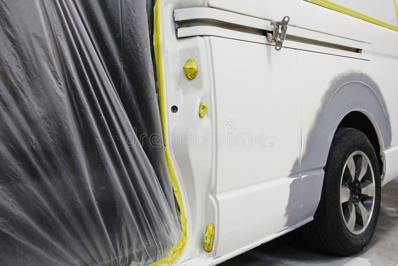 Αυτόματο χρώμα επισκευής εργασίας σωμάτων αυτοκινήτων μετά από το ατύχημα κατά τη διάρκεια του ψεκασμού στοκ φωτογραφία με δικαίωμα ελεύθερης χρήσης