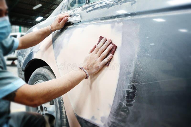 Αυτόματο χρώμα επισκευής εργασίας σωμάτων αυτοκινήτων μετά από το ατύχημα κατά τη διάρκεια του ψεκασμού στοκ εικόνα με δικαίωμα ελεύθερης χρήσης