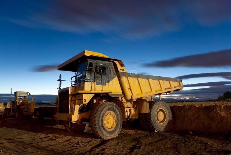 αυτόματο truck νύχτας μεταλλείας εκσκαφέων απορρίψεων κίτρινο στοκ φωτογραφία με δικαίωμα ελεύθερης χρήσης