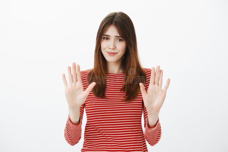 Αυτός είναι αρκετός, ευχαριστεί Πορτρέτο του ανήσυχου όμορφου brunette, που αυξάνει τους φοίνικες στη χειρονομία αριθ. ή στάσεων, στοκ φωτογραφία