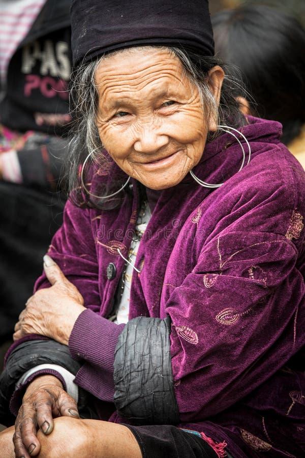 Αυτός πορτρέτο της ανώτερης φυλετικής γυναίκας Hmong στα εθνικά ενδύματα, Βιετνάμ στοκ φωτογραφίες με δικαίωμα ελεύθερης χρήσης