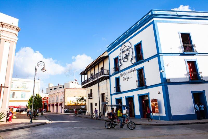 Αυτός ταχυδρομικό γραφείο του Camaguey στο δικαίωμα με την εικόνα του γενέθλιου σπιτιού Che Guevara Ηγνατίου Agramonte στοκ εικόνες