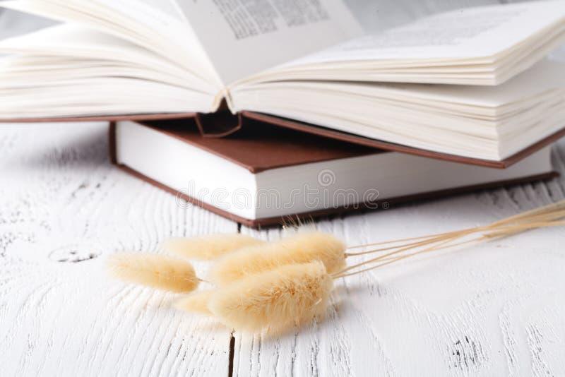 Αυτό μνήμες αγαθού του s `, μια ανθοδέσμη ξηρό lavender και χλόη και βιβλία στοκ εικόνα