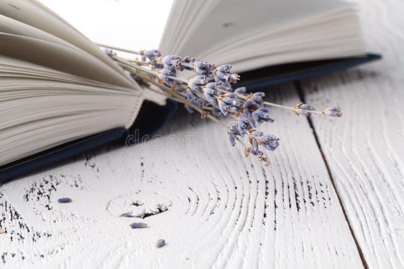 Αυτό μνήμες ` s, μια ανθοδέσμη ξηρό lavender και βιβλία στοκ φωτογραφία