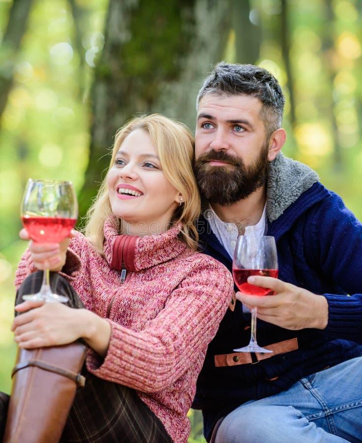 Αυτό πρέπει να είναι λεπτό η ευτυχής γυναίκα και ο γενειοφόρος άνδρας πίνουν το κρασί r r   ευθυμίες στοκ εικόνα