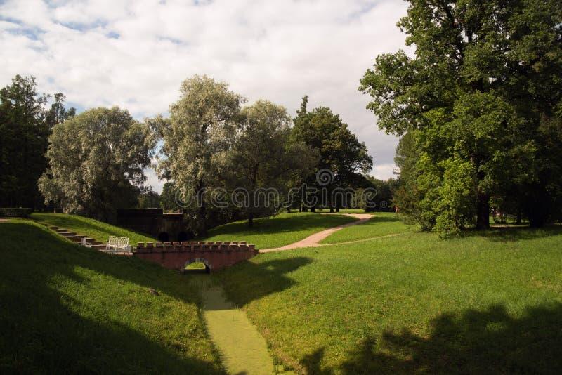 Αυτό ` s θαυμάσιο να περπατήσει στο πάρκο στον καλό καιρό το καλοκαίρι! στοκ εικόνες