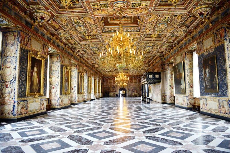 Αυλάκωση του Frederiksborg (Castle) η μεγάλη αίθουσα (Riddersalen) στοκ εικόνες