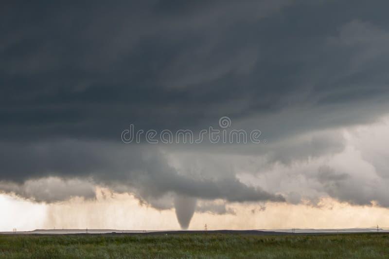 Αφές ενός κώνων ανεμοστροβίλου κάτω κάτω από τη βάση μιας σκοτεινής θύελλας στις πεδιάδες στοκ φωτογραφία με δικαίωμα ελεύθερης χρήσης