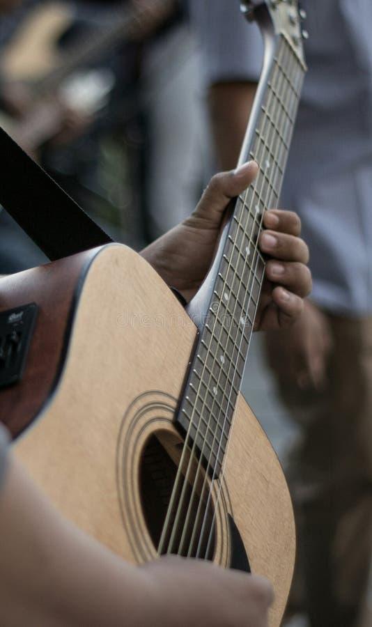 Αφήνει την κιθάρα παιχνιδιού στοκ εικόνες
