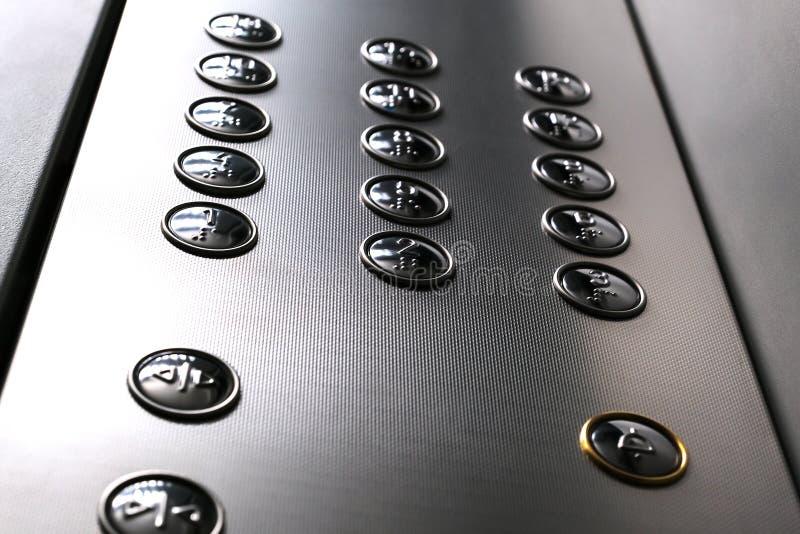 Αφής εικονίδια ψηφίων για τους οπτικά αναπήρους Κουμπιά ανελκυστήρων Εκλεκτική κινηματογράφηση σε πρώτο πλάνο εστίασης στοκ φωτογραφίες