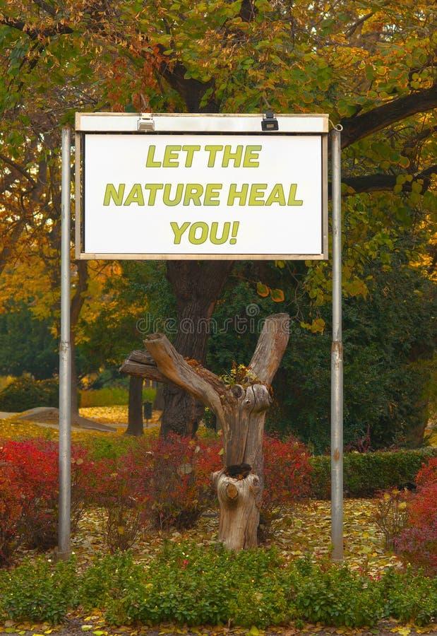 Αφήστε τη φύση να σας θεραπεύσει - σημάδι πινάκων διαφημίσεων στο πάρκο στοκ εικόνα με δικαίωμα ελεύθερης χρήσης