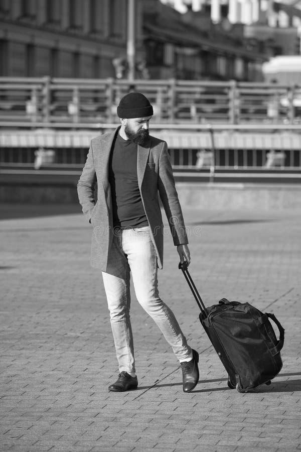 Αφήστε το ταξίδι να αρχίσει Ο ταξιδιώτης με τη βαλίτσα φθάνει στο σιδηροδρομικό σταθμό αερολιμένων Το Hipster έτοιμο απολαμβάνει  στοκ εικόνες με δικαίωμα ελεύθερης χρήσης