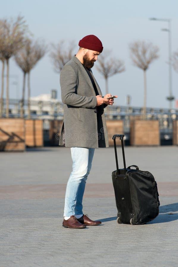 Αφήστε το ταξίδι να αρχίσει Ταξιδιώτης με την περιμένοντας μεταφορά βαλιτσών στο σιδηροδρομικό σταθμό αερολιμένων έτοιμος να ταξι στοκ εικόνα με δικαίωμα ελεύθερης χρήσης