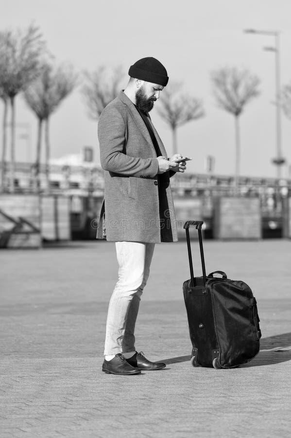Αφήστε το ταξίδι να αρχίσει Ταξιδιώτης με την περιμένοντας μεταφορά βαλιτσών στο σιδηροδρομικό σταθμό αερολιμένων Έτοιμος να ταξι στοκ φωτογραφία