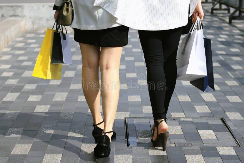 Αφήστε ` s να πάει, γυναίκες που κρατούν τις τσάντες αγορών στην οδό στοκ εικόνες