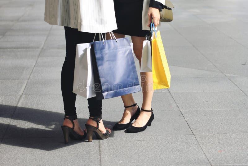 Αφήστε ` s να πάει, γυναίκες που κρατούν τις τσάντες αγορών στην οδό στοκ φωτογραφίες με δικαίωμα ελεύθερης χρήσης