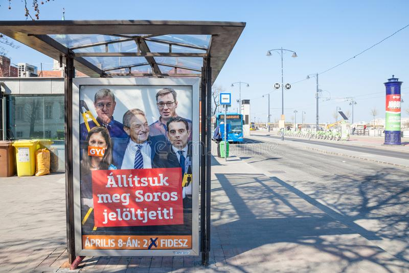 Αφίσα από το πολιτικό κόμμα Fidesz που παρουσιάζει τα oponents του ΠΡΩΘΥΠΟΥΡΓΟΥ Βίκτορ Όρμπαν που περιβάλλουν το philathropist Ge στοκ εικόνες