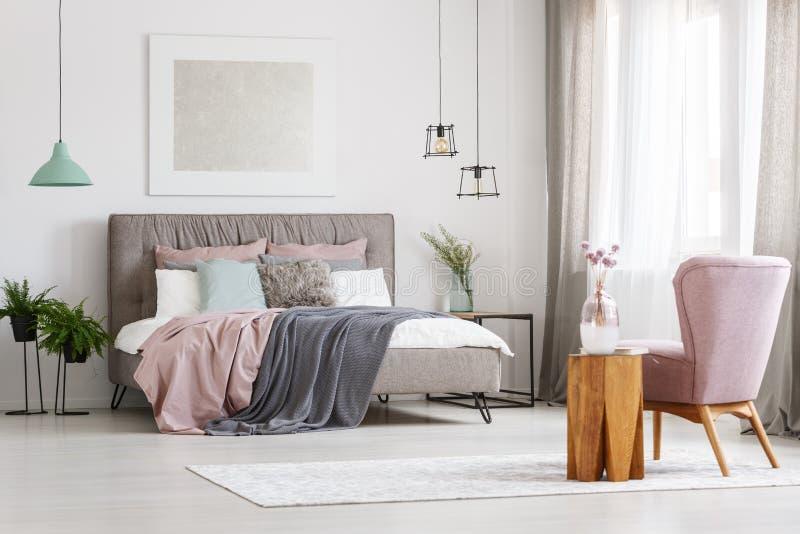 Αφίσα επάνω από το κρεβάτι στοκ φωτογραφία