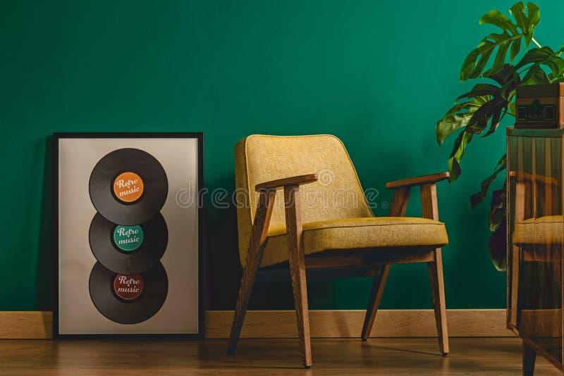 Αφίσα μουσικής δίπλα στην πολυθρόνα στοκ εικόνα