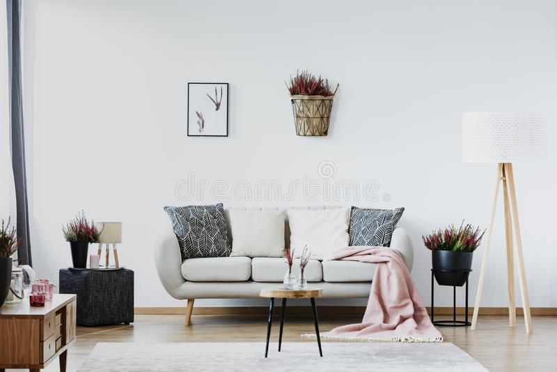 Αφίσα στο άνετο καθιστικό στοκ φωτογραφίες με δικαίωμα ελεύθερης χρήσης
