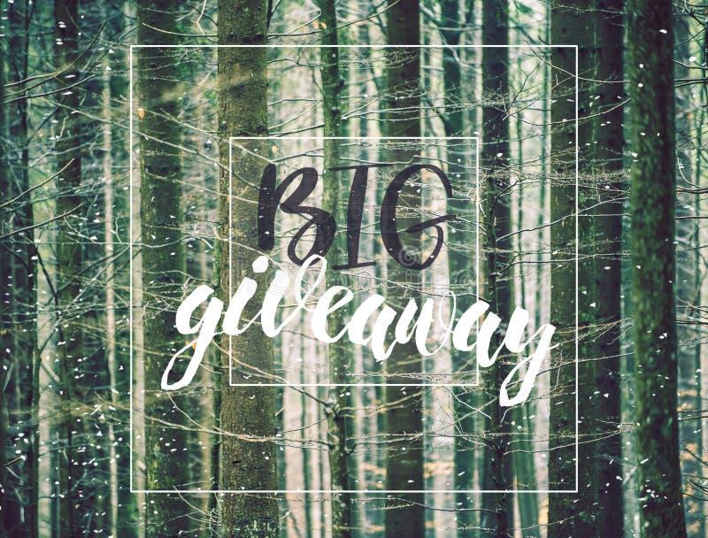Αφίσα Giveaway, κάρτα Μεγάλος για τα κοινωνικά μέσα για το διαγωνισμό, giveaway κ.λπ. Χειρόγραφο κείμενο στη φωτογραφία με τους γ στοκ εικόνα