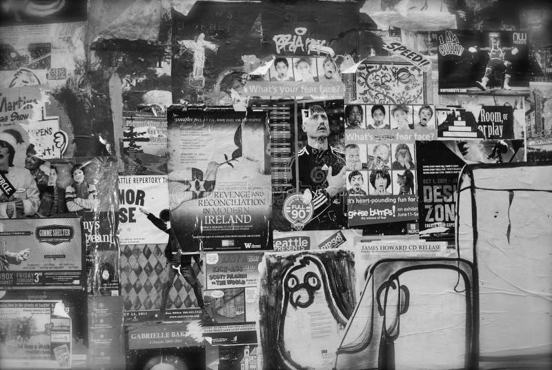 Αφίσες μουσικής και προσώπου γκράφιτι σε γραπτό στοκ φωτογραφίες
