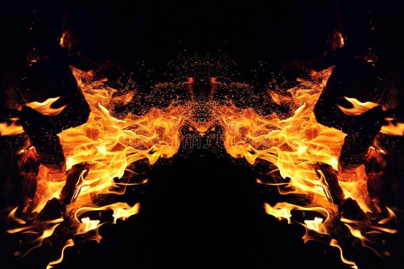 Αφαίρεση, καίγοντας πυρκαγιά με τους σπινθήρες Μυστικός τύπος πεταλούδας ή τέρατος Οριζόντια αντανάκλαση στοκ φωτογραφία