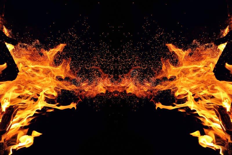 Αφαίρεση, καίγοντας πυρκαγιά με τους σπινθήρες Μυστικός τύπος πεταλούδας ή τέρατος Οριζόντια αντανάκλαση στοκ εικόνες