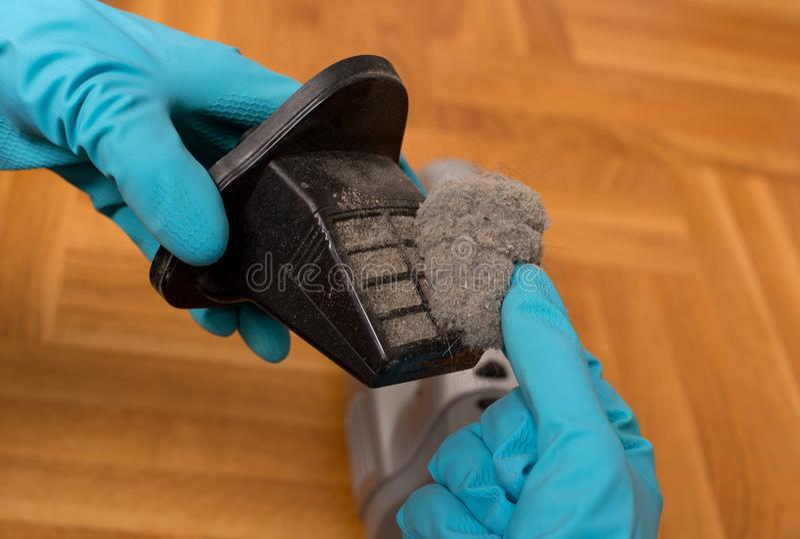 Αφαίρεση της σκόνης από το φίλτρο ηλεκτρικών σκουπών στοκ εικόνα